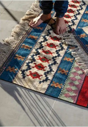 """<div class=""""heading is--white"""">More Kilim Rugs</div><a class=""""btn is--primary"""" href=""""/en/einkaufswelt/kelims/"""">Show offers</a>"""